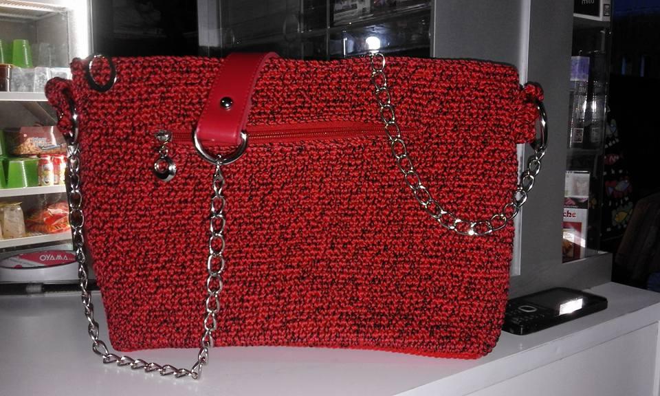 tas rajut merah